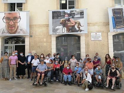 El Ayuntamiento de Alicante y el Centro San Rafael inauguran la exposición 'Me Ves, en comunidad. Fotógraf@s con discapacidad'