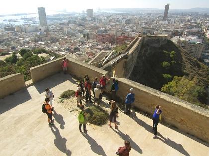 El Ayuntamiento de Alicante promueve senderos urbanos en julio por el Benacantil y La Ereta por la muralla medieval