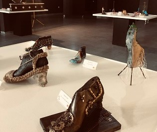 El Museo del Calzado de Elda ofrece una exposición que reúne cerca de 70 hormas convertidas en obras de arte