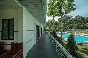 The Bohol White House Bed And Breakfast, Lila, Philippines! 005