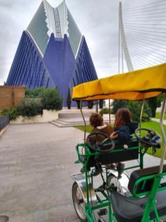 valencia con niños bicicleta turia