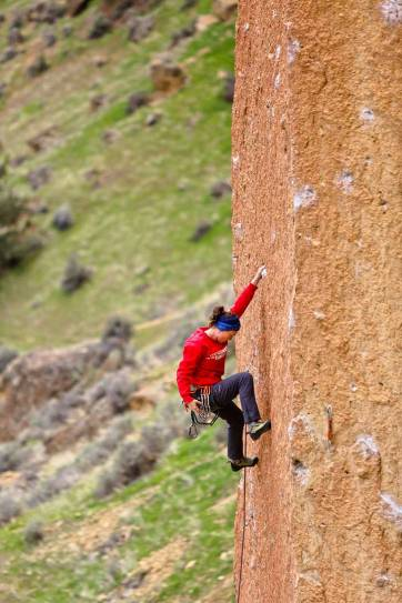 Smith Rock Rock Climbing - Smith is one of the most popular climbing destinations in Oregon and the US. It has around 2000 climbing routes, but also plenty of activities even if you don't climb // localadventurer.com