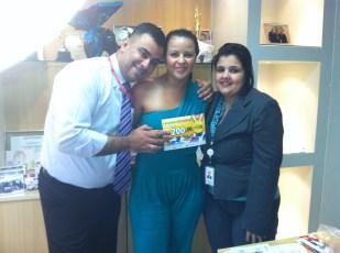 Luciano Perrin (gerente operacional filial Goiânia), Genivânia Santana Dantas (contemplada Goiânia) e Daniela Neves (RH)
