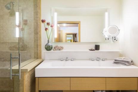 Mailbu Beach Inn Room 101 Bathroom