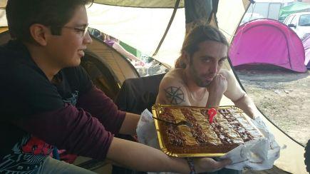 Alguien recibe una tarta de cumpleaños en GazpatxoRock 2017