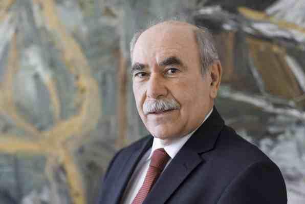 Ivo Gönner, der Oberbürgermeister von Ulm, posiert am 18.12.2012 in seinem Büro im Rathaus für ein Foto.