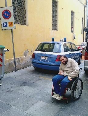 Auto della polizia occupa parcheggio riservato ai disabili