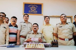 Khandeshwar police with the seized cash and gold