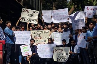 Doctors protesting against attacks by patients' relatives