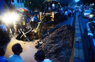 BMC officials working on the pipeline. Courtesy: Sakal (Mumbai)