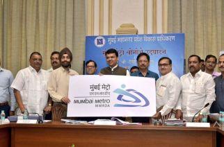 CM unveiling the new Mumbai Metro logo