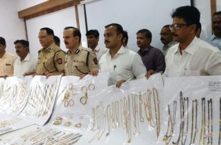 Thane Police Commissioner Param Bir Singh and crime branch officials displaying the recovered gold