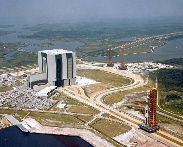 1280px-Apollo_Saturn_500F_and_VAB.jpg