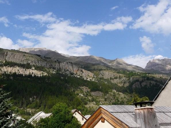 vue sur les montagnes jardin de la location de Serre chevalier