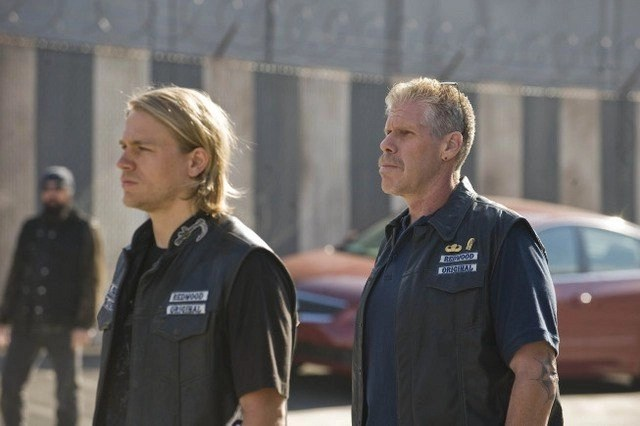 Charlie Hunnam e Ron Perlman in una scena del pilot di Sons of Anarchy