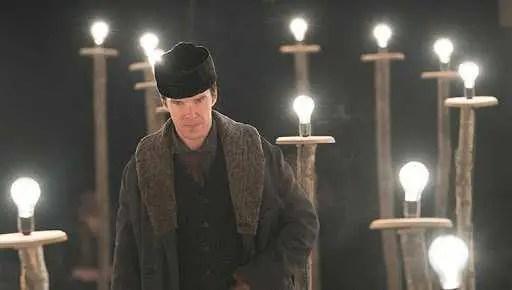 Edison in una scena del film