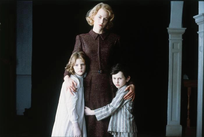 Nicole Kidman, Alakina Mann, e James Bentley in The Others (2001)