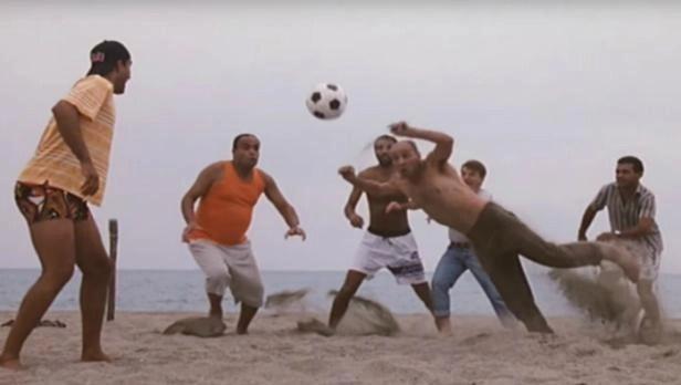 La famosa scena della partita di calcio