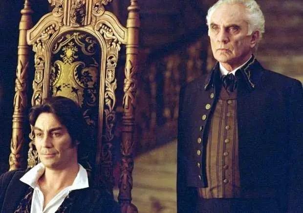 Il padrone di casa Edward e il maggiordomo