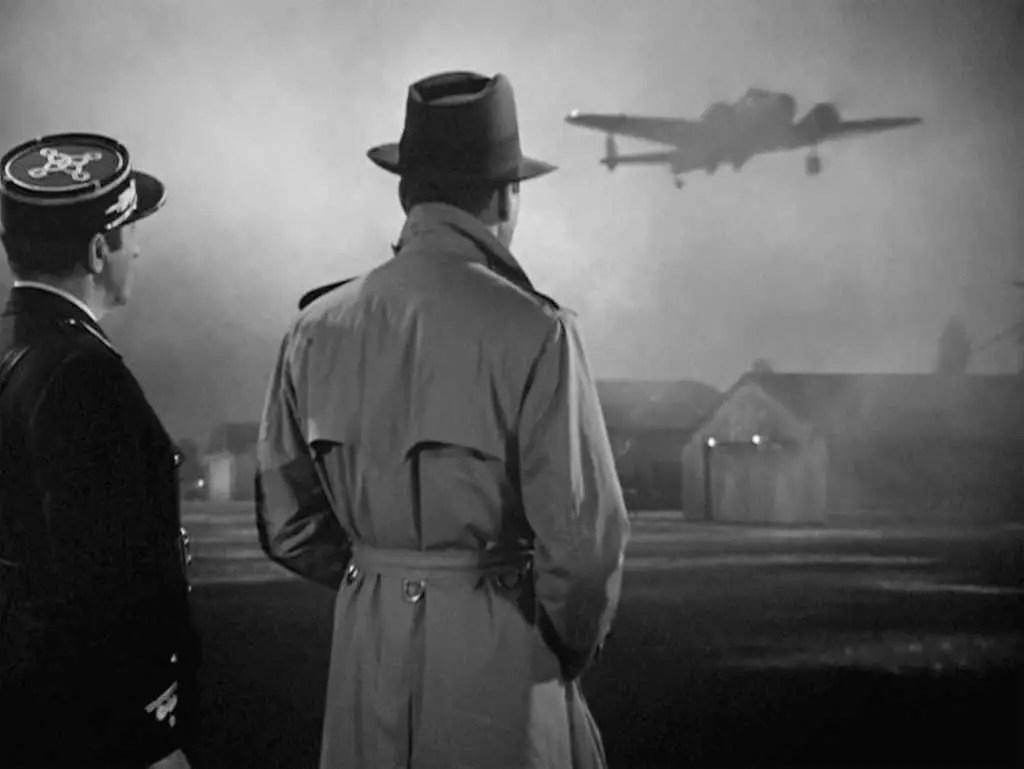 Rick guarda partire l'aereo che trasoprta Ilsa e suo marito