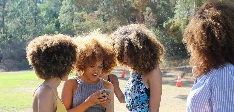 Frauengruppe mit krausen Locken und Afro