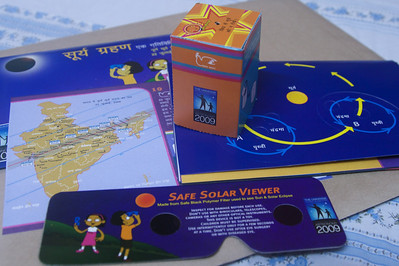 Solar eclipse kit including a viewer and a pinhole camera