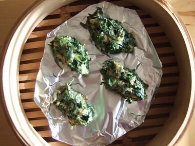Spinach dumplings in a bamboo steamer