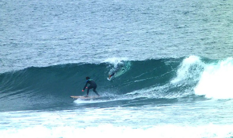steve-tucking-in-surfer-in-wave-small-1080