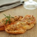 Crostini mit Salsiccia und Stracchino