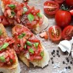 Antipasti: Bruschetta con pomodoro e basilico