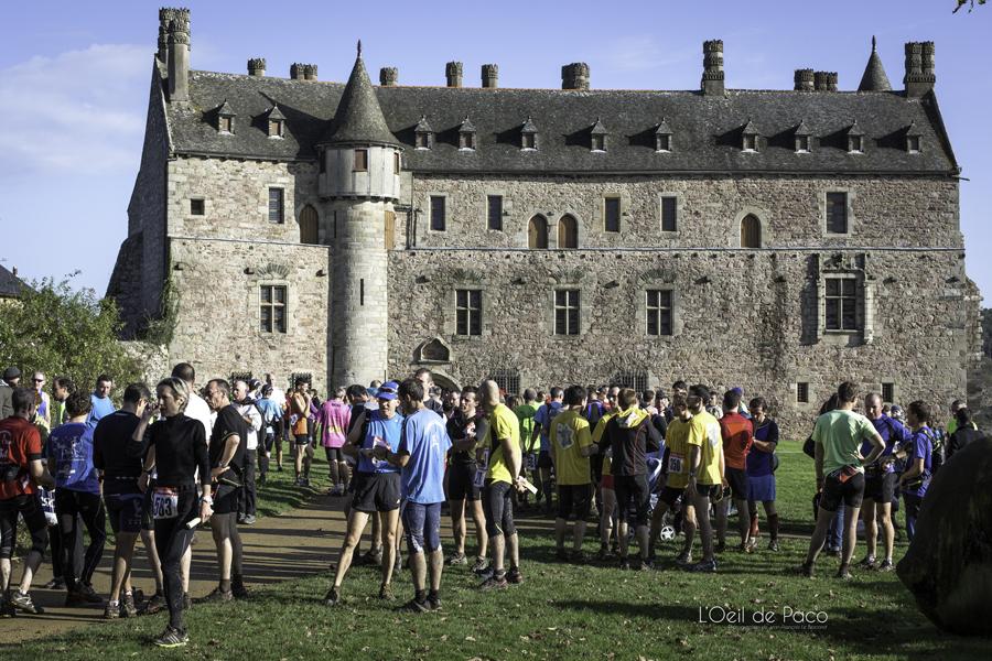 Regroupement dans la cour du Château de La Roche Jagu