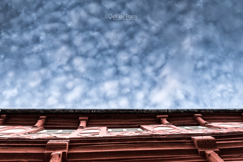 Photo #235 – Ciel à pois sur maison à colombage