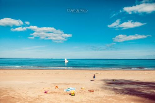 Un Œil sur votre famille – Milla seule sur la plage