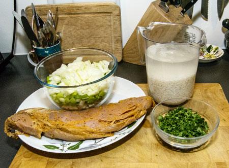 Grønnsakene er kuttet i små terninger, risen er lagt i bløt, indrefileten er temperert og tørket av og persillen er klar.