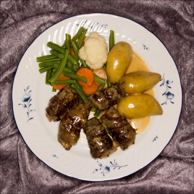 Benløse fugler med ovnsbakte småpoteter og grønnsaker.