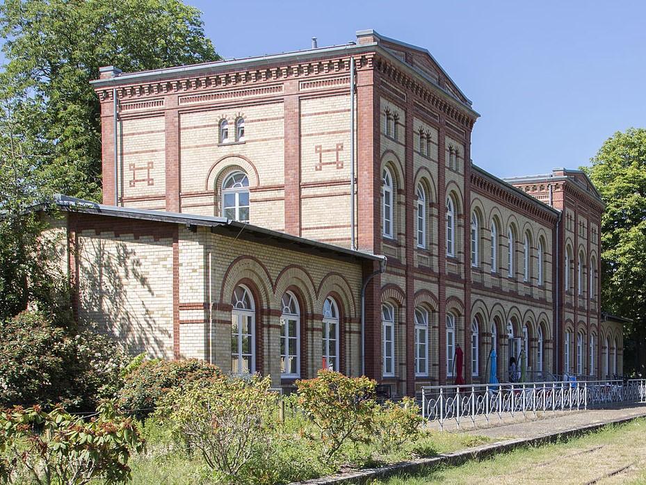 Nordbahnhof in Braunschweig: Ein typisches Klinkergebäude mit vielen Fenstern im Erdgeschoss und dem ersten Obergeschoss.