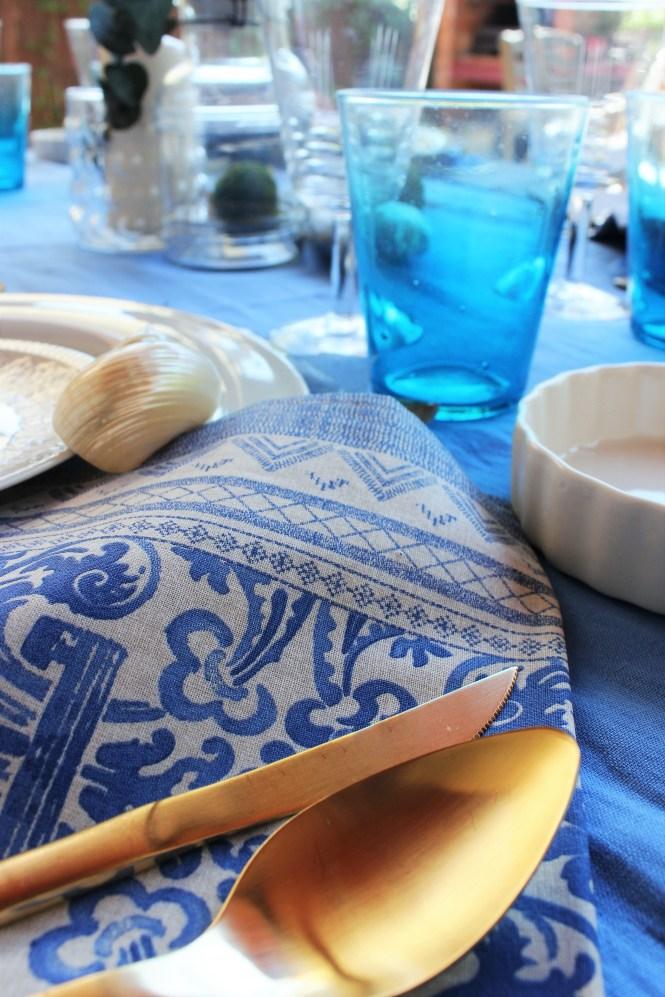 Detalle de la mesa veraniega en tonos azules Loft & Table