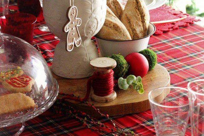 Como decorar tu mesa navideña con cuadros escoceses.