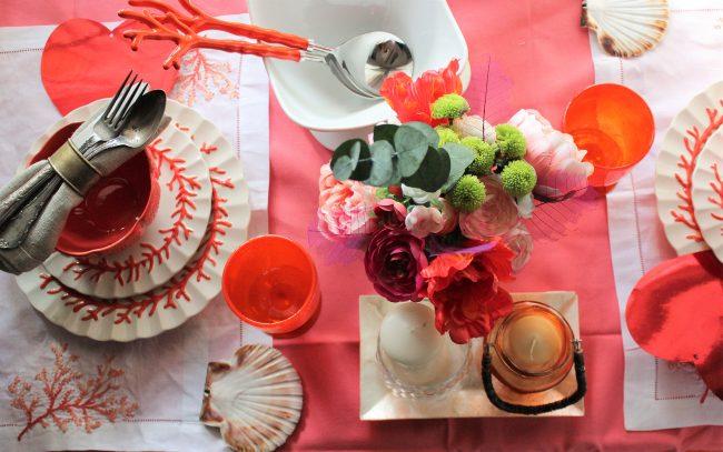 Una mesa con un toque de coral que enamora