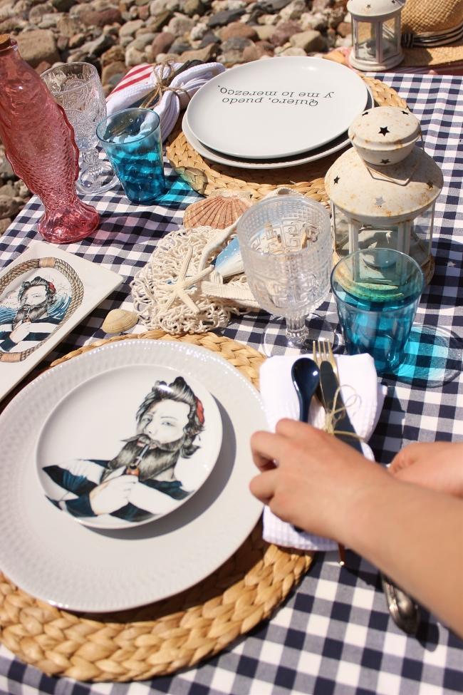 Una mesa en la playa con Okenua