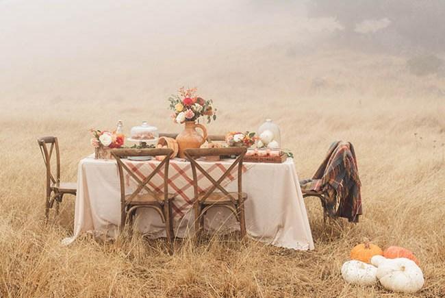 como montar una mesa otoñal en el campo