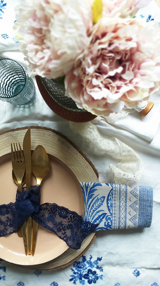 Cómo combinar rosa y azul en una mesa