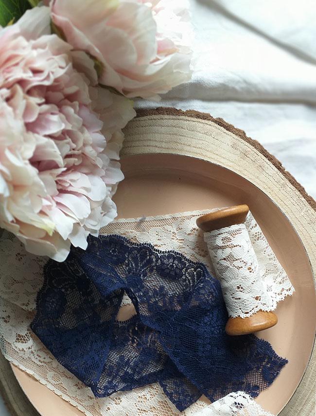 una mesa en rosa y azul