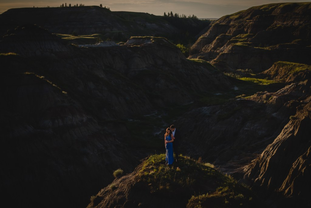 drumheller-engagement-valley-embrace