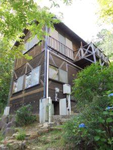 【売買】980万円 岐阜県中津川市蛭川 傾斜面に立つ 1Fが岩風呂のログハウス