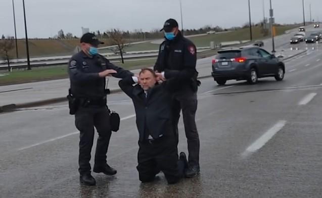 Autoritatea sanitară canadiană cere ca pastorul arestat pe autostradă în luna mai pentru că a ținut slujbe ignorând carantinarea, ulterior achitat, să fie închis din nou