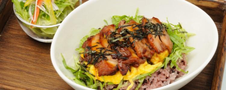 「古代米丼」。ひのひかりを使ったおいしい古代米と、ご飯に合うおかずの丼。