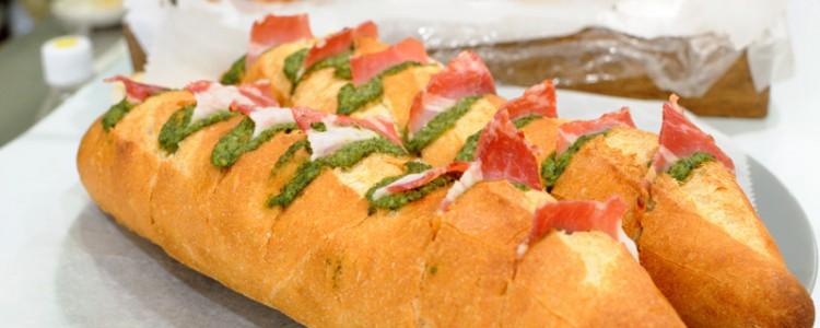 「ベーコンバジルバゲット」パンチキチキさんのパンとロハスカフェのバジルペーストの競演。