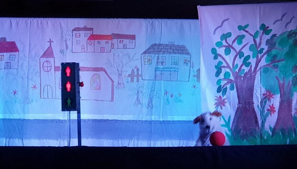 Polizisten erklären Erstklässlern Verkehrsregeln im Puppentheater