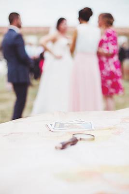 Photo d'une loupe avec les mariés flou en arrière plan